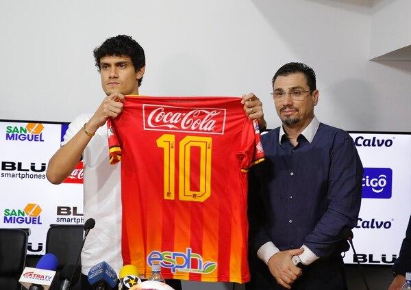 El jugador mostró su nueva camiseta junto al presidente florense Juan Carlos Retana. Foto: Mayela López