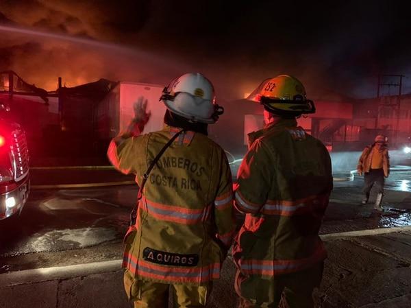 Más de 50 bomberos lucharon contra el incendio. Fotos: Bomberos para LT