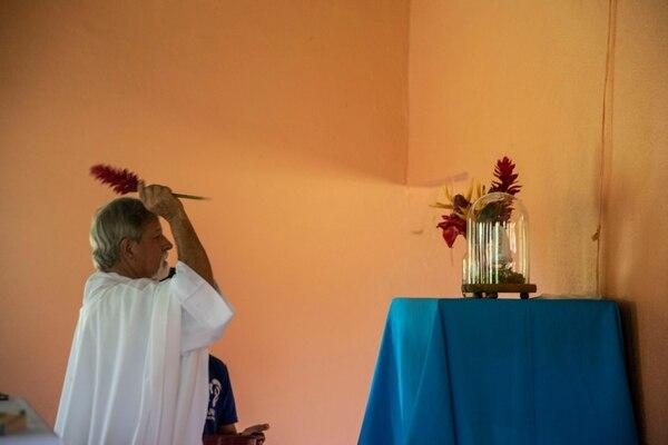 Momento en que la imagen es bendecida por el padre Fabio Flores CM en la comunidad talamanqueña. Foto: Cortesía