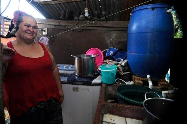 Patricia Sanchez duerme poco, no recibe visitas, hace fila para bañarse y tiene que levantarse en las madrugadas por la falta de agua. Foto: Gesline Anrango