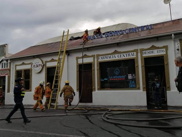 Los bomberos informaron que el edificio sufrió daños en su techo. Foto Keyna Calderón.