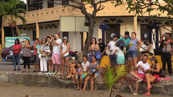 Cerca de 100 personas vieron el arribo del crucero en Puntarenas. Foto: Andrés Garita.
