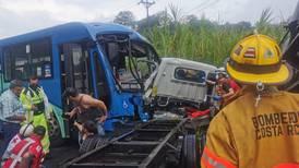 Choque entre bus y camión en Naranjo dejó dos personas graves y 22 heridos más