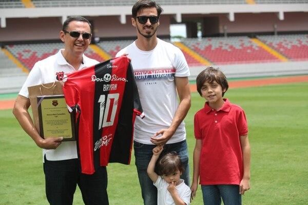 Bryan Ruiz recibió un homenaje de Alajuelense en julio en un partido amistoso. Fotografía: John Durán