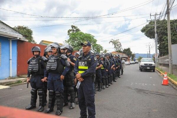 A raíz de los hechos presentados en Zapote, la Fuerza Pública reforzó la seguridad en Casa Presidencial. Casa Presidencial.