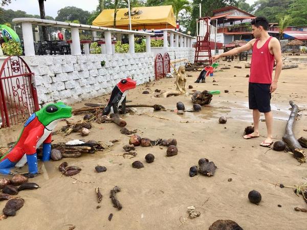 Erick Rodríguez llegó a pasear a playa Bonita y se asombró de la furia de la naturaleza así se encontró la playa. Foto: Raúl Cascante