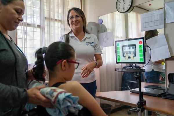 Con tecnología de avanzada ayudan a las personas que no pueden comunicarse fácilmente y lo hacen mediante los ojos y una tablet como en el caso de Génesis. Foto: Alejandro Gamboa.