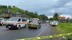 Asesinan de 11 balazos a joven que iba en carro con su mamá
