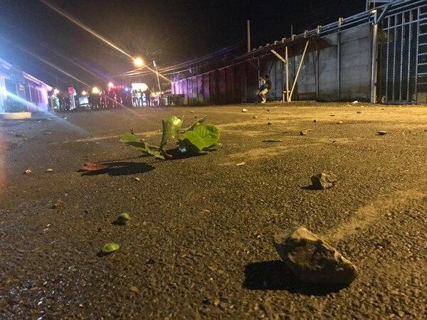 A pesar del lanzamiento de piedras no se reportan heridos. Foto Adrián Galeano