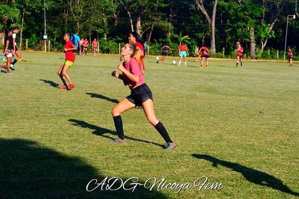 Las chicas entrenan en el estadio Chorotega. Cortesía.