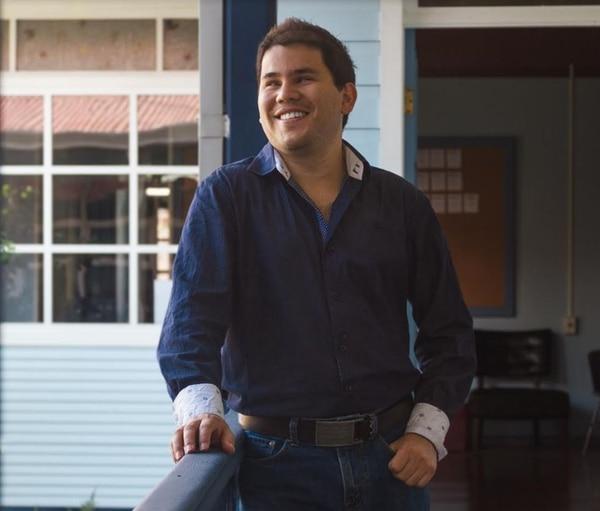 Adrián le sonríe a la vida a pesar de perder la vista siendo un niño. Foto: Cortesía.
