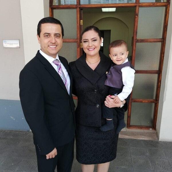 La diputada Ana Lucía Delgado con su hijo Nachito, el diputado 58 y el papá Víctor Esquivel. Foto: Bryan Castillo.