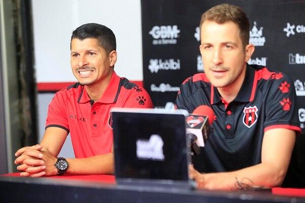 Juan Carlos Herrera (izquierda) es el preparador físico manudo y está poniendo todo su empeño para que a los jugadores no los afecte tanto el parón. Foto: Rafael Pacheco