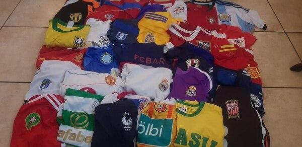 En su armario tiene más de 60 camisetas de equipos de fútbol nacionales e internacionales. Cortesía
