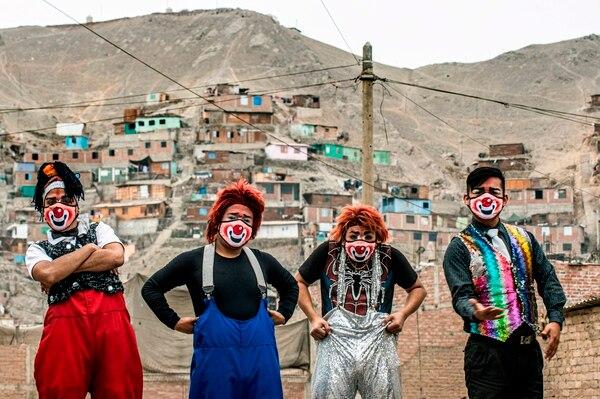 Los payasos se hicieron unas mascarillas muy coloridas, así se cuidan del coronavirus como tiene que ser. AFP