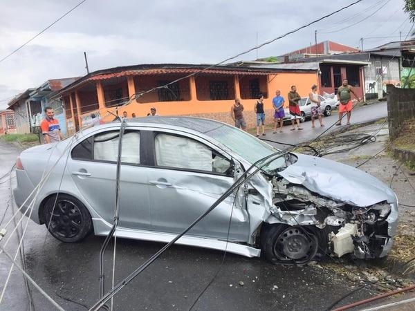 Después del choque el carro casi se quema. Foto: Raúl Cascante