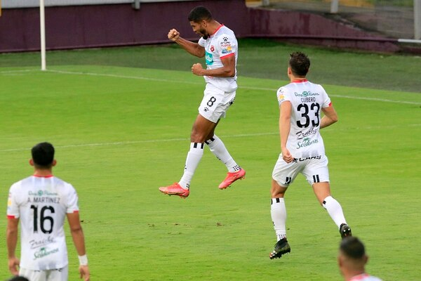 Johan Venegas gritó con toda el alma su doblete este domingo. Foto: Rafael Pacheco