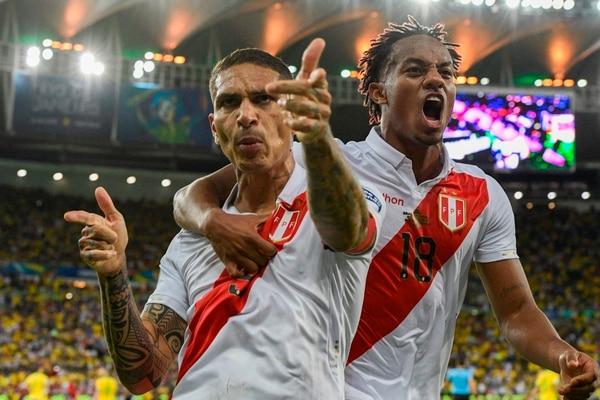 Paolo Guerrero empató la mejenga pero rapidísimo les apagaron la sonrisa. (Photo by Juan MABROMATA / AFP)