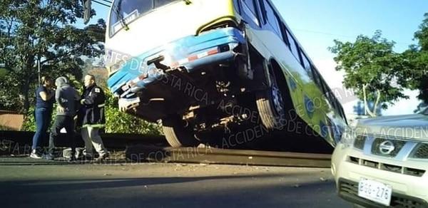 El bus quedó sostenido por una baranda de seguridad. Foto: Accidentes de Costa Rica.