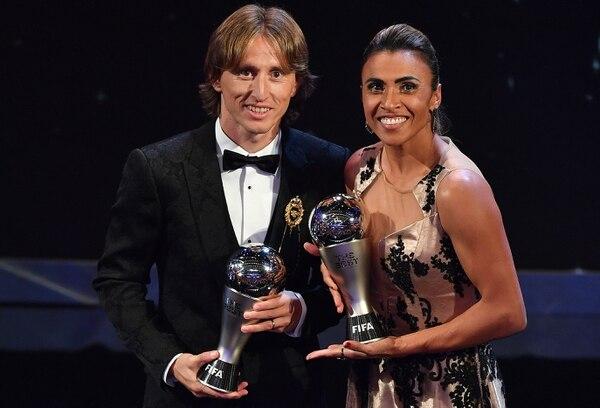 La jugadora brasileña Marta junto al croata Luka Modric, con sus trofeos como mejores jugadores del año de la FIFA. Foto: AFP