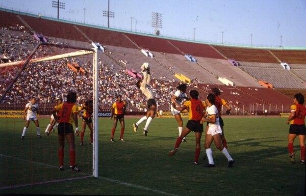 El arquero José Alexis Rojas contiene un centro de la ofensiva de Tecos de México en la final de la Copa Camel en 1988. Foto Rodrigo Calvo.