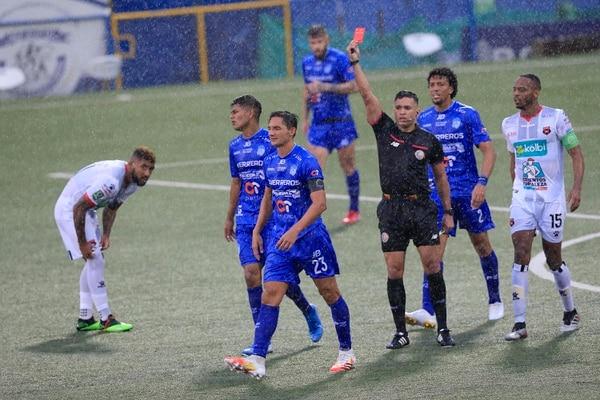 En apenas su primer partido con el Pérez, Néstor Monge ya se ganó la roja. Foto: Rafael Pacheco