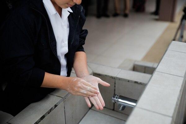 Lavarse las manos antes de entrar a las aulas es fundamental en tiempos de pandemia. Archivo.