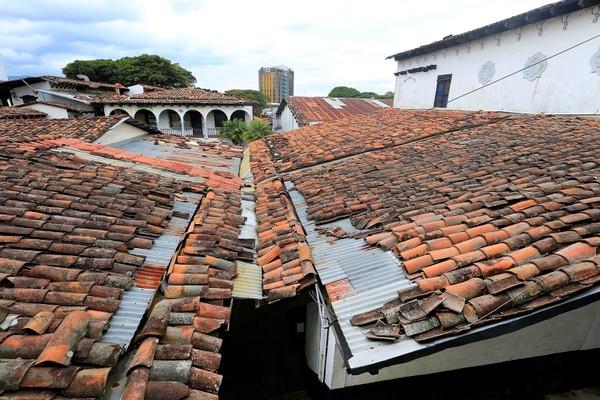 Las tejas poco a poco se han ido cayendo de los techos. Rafael Pacheco.