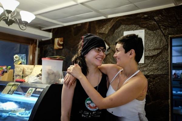 Jazmín (pelo corto) y Laura se habían casado gracias a un error en el Registro Civil. Fotografía: Gabriela Téllez