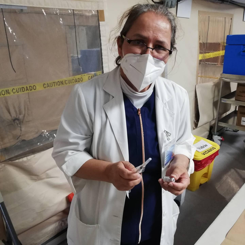 Luciana Batista Mata, quien tiene 34 años de ser enfermera y 33 de estar en el San Juan de Dios. Nos confirman en el hospital que es quien tiene el récord de más vacunas contra el covid-19 puestas, lleva unas 6.500 desde que se comenzaron las campañas de vacunación el 23 de diciembre del 2020.