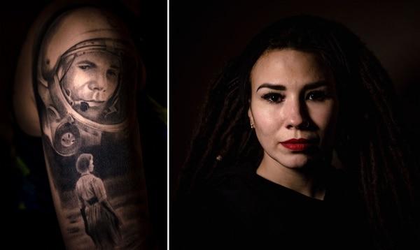 Nastya Rotova, de 35 años, se tatuó con orgullo la figura de Gagarin. AFP