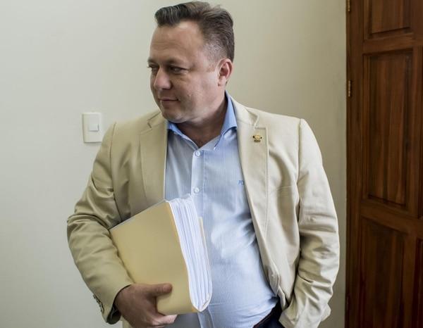 El informe del OIJ señala que en apariencia fue Dolanescu quien importó las tapas falsas de Cacique. Foto: Cortesía del despacho de Dolanescu.