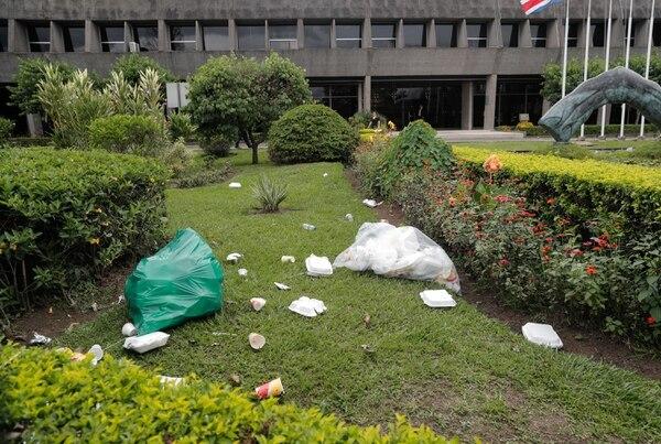 Los jardines quedaron llenos de basura. Foto Jeffrey Zamora