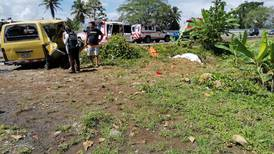 Abuelita de 51 años y nieta de 9 mueren en choque entre cisterna y buseta