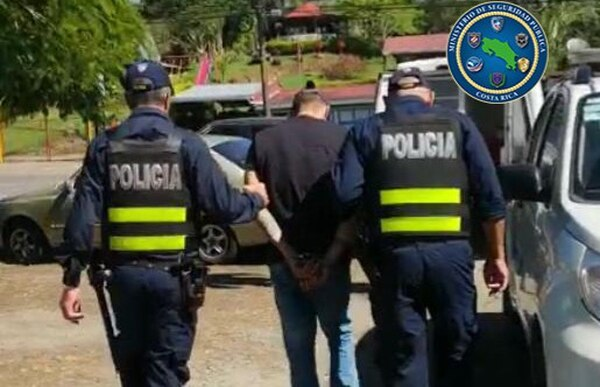 Minutos después del arresto los oficiales entregaron el sospechoso a los agentes del OIJ. Foto: MSP.