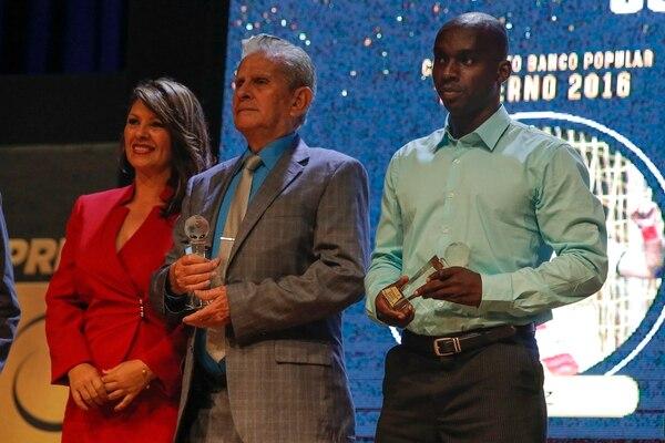 Don Rubén recibió el trofeo como goleador de su nieto Yendrick en el 2017 en una premiación de Unafut. Fotos: Mayela López