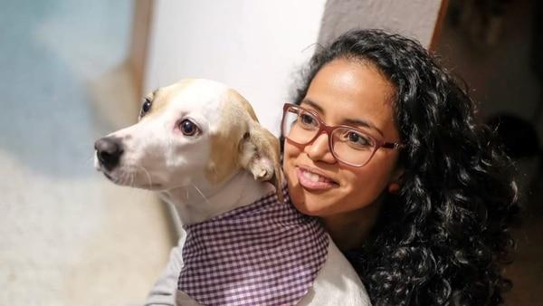 Paulina Torres disfruta montones con uno de sus perrito, Sake. Foto: Ariela Muñoz.