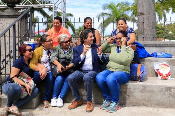 Este grupo de maestras piropeó al ministro. Foto: Rafael Pacheco.