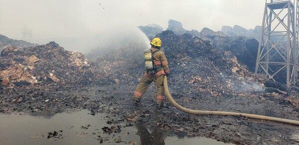 El material quemado equivale a 4667 vagonetas cargadas de material. Foto Bomberos.