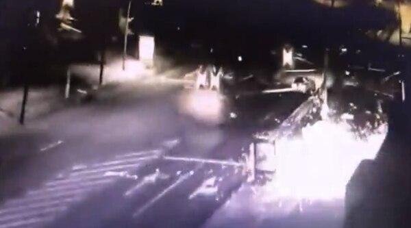 El explosivo fue puesto a la par del poste del alumbrado.