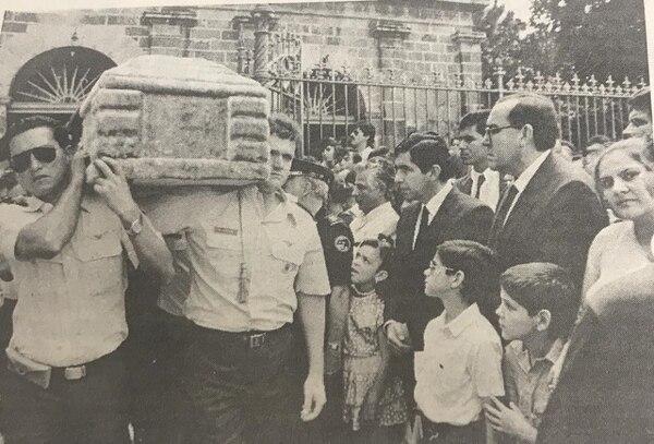 Hasta el presidente de la época Óscar Arias participó en los funerales. Foto: La Nación 1990