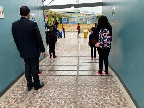 Separados por la distancia recomendada esperaban los menores espacio en las pilas para lavarse las manos. Foto: Karen Fernández