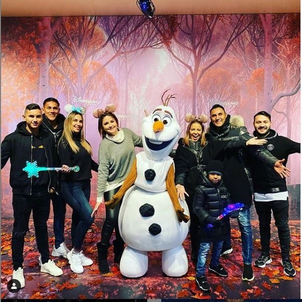 Óscar Duarte, su esposa Vanessa Crespi y varios familiares de ella, así como Navas y su familia fueron a Euro Disney el sábado. Tomado de Instagram.com