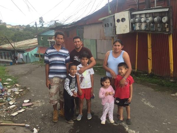 Cárdenas (camisa café) también ayudó a otros vecinos que se vieron afectados por el deslizamiento. Foto Adrián Galeano.