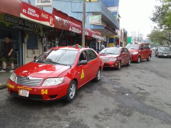 En esta parada de taxis, cerca de la terminal de buses de Pérez Zeledón abordó Murcia el vehículo al que pidió servicio hacia Pejibaye. Foto: Mario Cordero / Archivo.