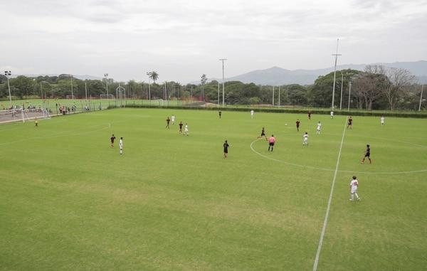 Los juegos de Liga menor de Alajuelense en su centro de alto rendimiento en Turrúcares de Alajuela, siempre cuenta con una gran cantidad de familias presentes. Foto Jeffrey Zamora