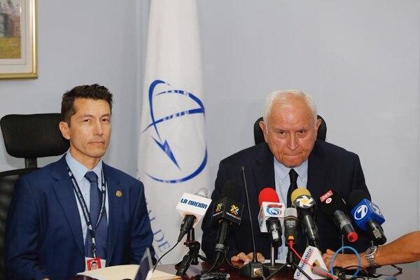 Guillermo Hoppe, director de Aviación Civil y Rodolfo Méndez, ministro de Obras Públicas, hablaron sobre la rebaja en la calificación del país. Foto: Albert Marín