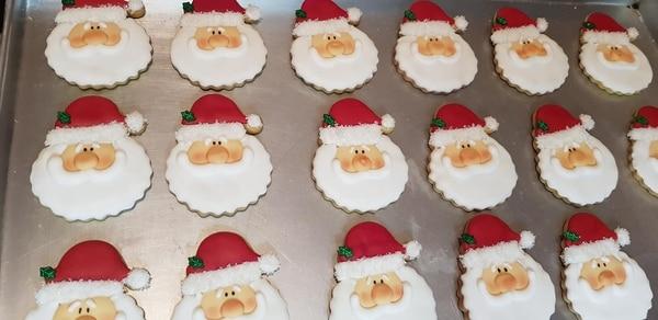 Vean cómo decora las galleticas que le encargan en Costa Rica durante diciembre. Cortesía.