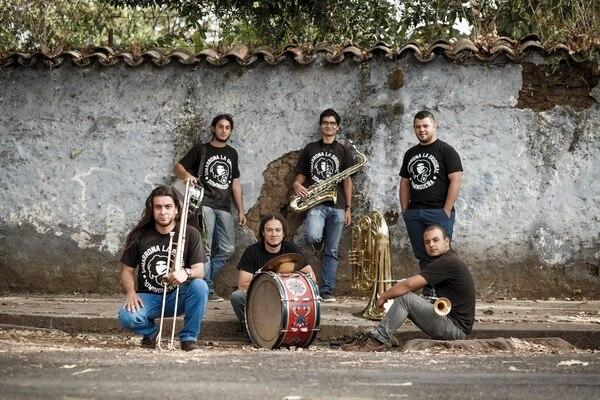 Los jóvenes músico idearon todo un protocolo de higiene para poder tocar en fiestas de nuevo. Foto: Andrés Arce