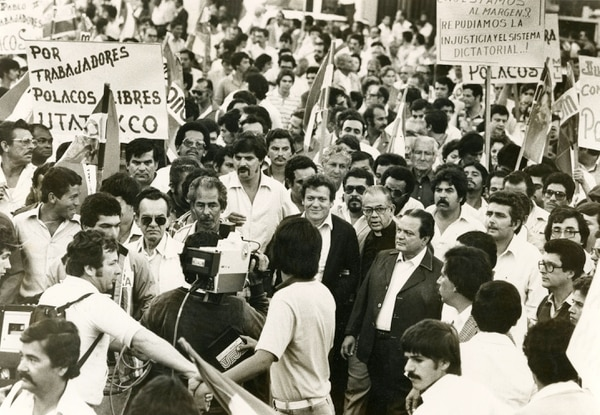 Luis Alberto Monge, expresidente de la República camina tranquilamente entre un grupo de manifestantes sin temor a ser agredido. Foto: Archivo